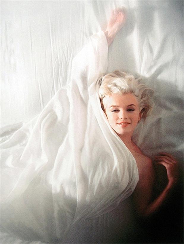 Marilyn-Monroe-on-Bed-07